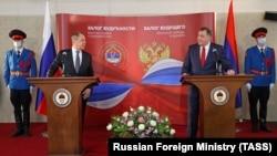 Руският външен министър Сергей Лавров (вляво) заедно с председателя на тричленния държавен президиум на Босна и Херцеговина и лидер на босненските сърби Милорад Додик на пресконференцията им в Сараево на 14 декември