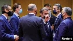 امانوئل مکرون، رئیسجمهور فرانسه، در میان برخی دیگر از مقامات اروپایی در اجلاس اتحادیه اروپا در بروکسل، ۱۰ دسامبر ۲۰۲۰