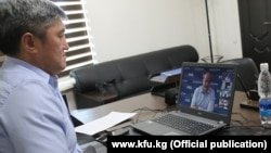 Кыргызстандын футбол бирикмесинин президенти Канат Маматов ФИФАнын президенти Жоани Инфантино менен онлайн конференция учурунда. 4-август, 2020-жыл.