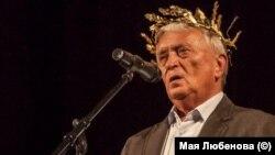 """Калин Донков е награден с """"Орфеев венец"""" за високи постижения в съвременната поезия в рамките на фестивала """"Пловдив чете"""" през 2016 г."""