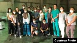 Медработники, привлеченные для работы в реанимации в стационаре на бывшей авиабазе Ганси.