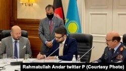 حمدالله محب، مشاور امنیت ملی افغانستان و نورلان یرمک بایوف، وزیر دفاع قزاقستان در هنگام امضای موافقتنامۀ همکاری نظامی بین دو کشور.