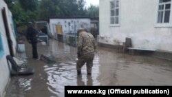 Затопленные дворы домов в Балыкчи. Фото МЧС.
