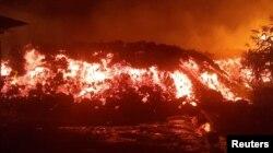 Текущая во время извержения Ньирагонго лава, 22 мая 2021 года, Демократическая Республика Конго. Фото: Reuters