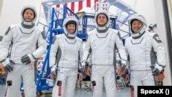 Nemcsak a francia kisiskolások, de a Crew Dragon legénysége között a bal szélen álló Thomas Pesquet is készül a kilövésre