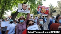 Акция протеста сторонников Орхана Инанды перед зданием Посольства Турции в Бишкеке.