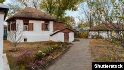 Сучасна фотографія меморіального будинку на хуторі Кружилин (Ростовська область), де народився Михайло Шолохов і жив з батьками до 1910 року