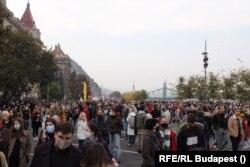 Tüntetők gyülekeznek Budapesten 2020. október 23-án a Színház- és Filmművészeti Egyetem átalakítása ellen tartott felvonulásra.