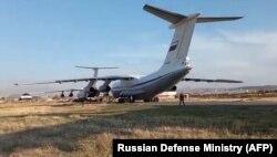 Békefenntartókat szállító orosz katonai gépek landolnak az Erebuni Repülőtéren, Jereván határában, 2020. november 10-én.