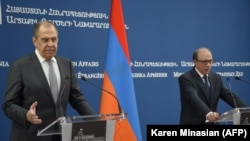 Sergey Lavrov (solda) və Ara Ayvazyan
