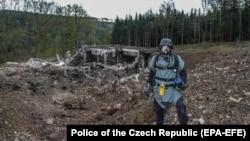 Врбетице маңында жарылған оқ-дәрі қоймасының орнын зерттеп жүрген маман. Чехия, 20 қазан 2014 жыл.