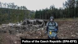 Пиротехничар прегледува оштетени приватни складишта за муниција во близина на Врбетице, источна Моравија, 20 октомври 2014 година
