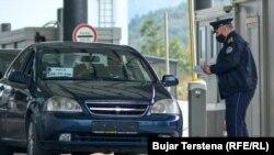 Në xhamin e përparëm të kësaj veture që hyri në Kosovë nga Serbia përmes Merdares, autoritetet e Kosovës vendosën targa të përkohshme. Merdare, 20 shtator 2021.