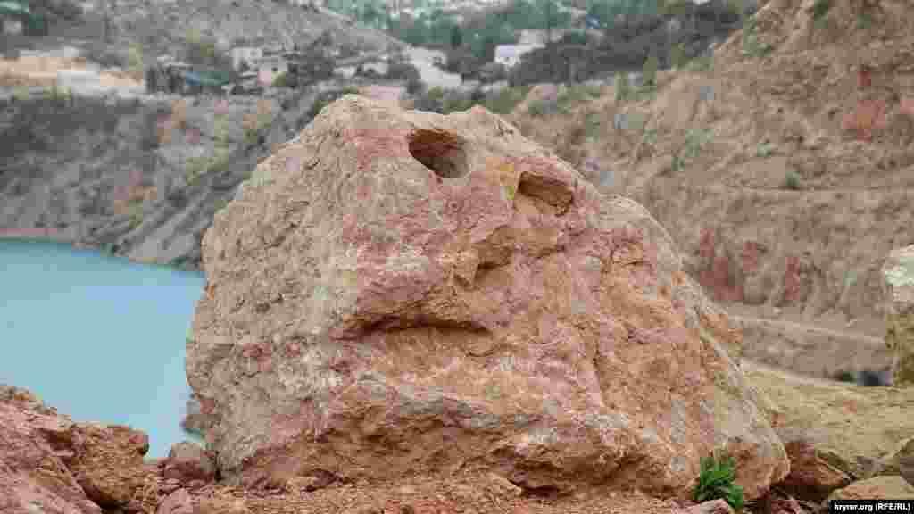 «Кам'яне обличчя» на величезному уламку гірської породи