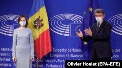 Președința R. Moldova, Maia Sandu (stânga) este întâmpinată de președintele Parlamentului European, David Sassoli, Bruxelles, 19 ianuarie 2021