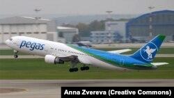 Pegas Fly Boeing 767-300ER вылетает из международного аэропорта Шереметьево.
