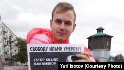 Activist Yury Izatov picketing in Yekaterinburg. (file photo)