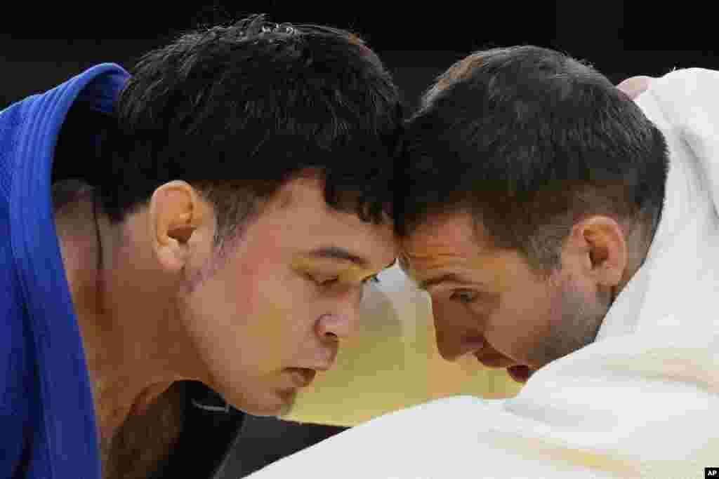 Варлам Ліпартеліані з Грузії (праворуч) та Аарон Вольф із Японії змагаються у півфінальному раунді дзюдо для чоловіків до 100 кг. Токіо, 29 липня 2021 року