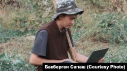 Студент Бакберген Сапаш из села Улгили Туркестанской области пытается выполнить задание, но в селе очень плохой Интернет. Фото предоставлено Бакбергеном.