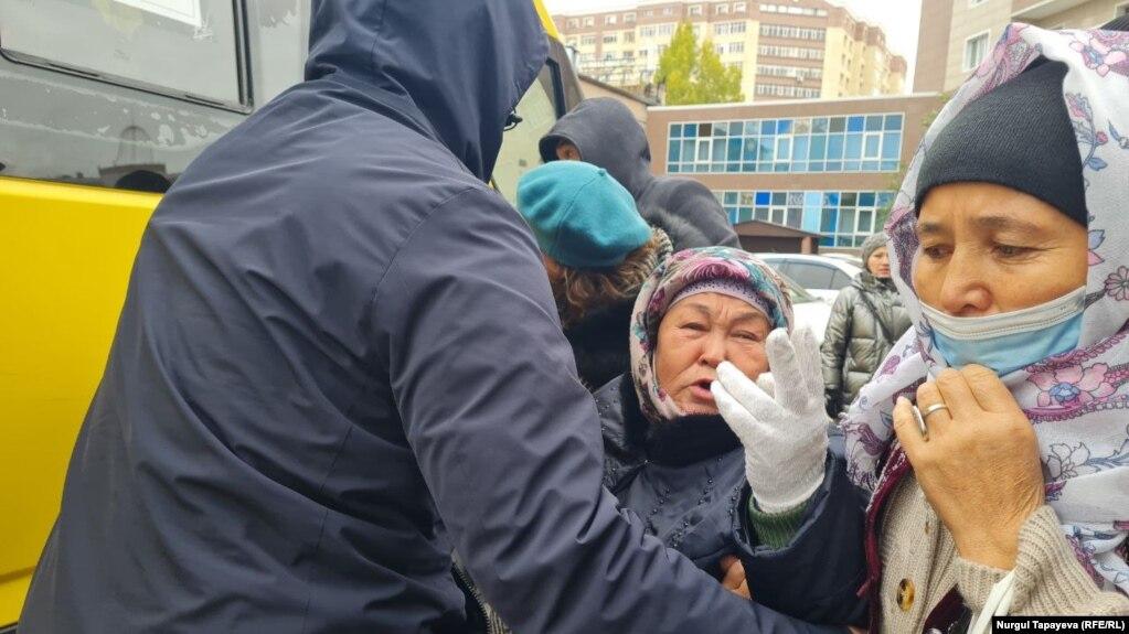 Полицейские задерживают Халиду Акытхан, 65-летнюю пенсионерку, которая требует вернуть трех сыновей, заключенных в тюрьму в Китае, 1 октября 2021 года