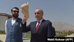 Ауғанстан президенті Ашраф Ғани тұсында вице-президент атанған Амрулла Салех (оң жақта). 2 тамыз 2021 жыл.