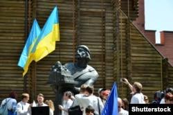 Пам'ятник Київському князю періоду України-Русі Ярославу Мудрому (983/987–1054) біля Золотих воріт в Києві