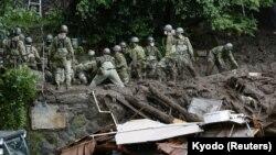 Спасувачки екипи во јапонскиот град Атами