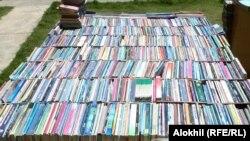 بلال محمد وايي، له روڼ اندو او دوستانو يې ۵۰۰ ټوکه بېلابېل کتابونه راټول کړي.