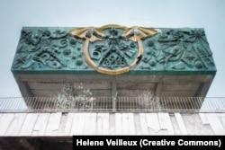 Так называемый советский Бэтмен на созданном в 1976 году барельефе на здании Тбилисского технического колледжа. Фото снято в 2016 году.