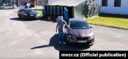 Кадр із рекламного ролика Міністерства внутрішніх справ Чехії про голосування «drive-in»