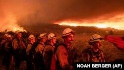 Tűzoltók a kaliforniai Doyle-ban 2021. július 9-én. Képünk illusztráció