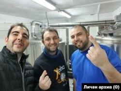 Тодор Тодоров, Павел Павлов и Петър Недялков в пивоварната.