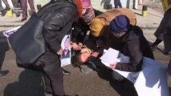 Пикет у консульства Китая: участница акции упала в обморок