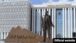 Бірінші президент Нұрсұлтан Назарбаевқа арналған Түркістандағы ескерткіш. Түркістан облысы әкімдігінің ресми сайтынан алынған сурет.