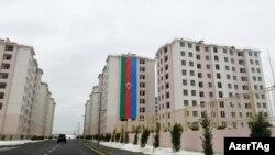 Ramana qəsəbəsində Qarabağ müharibəsində həlak olanların ailələri üçün tikilmiş binalar. 2021