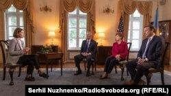 Слева направо: корреспондент Радiо Свобода Елена Ремовская, американские сенаторы Роб Портман, Джин Шахин и Крис Мерфи, Киев, 2 июня 2021 года