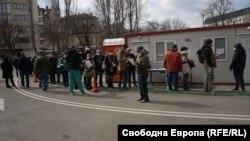 """Опашката от желаещи да се ваксинират пред болница """"Пирогов"""" в София започна да се събира от 6:00 ч. сутринта"""