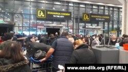 В Ташкентском международном аэропорту очереди на тесты ПЦР.