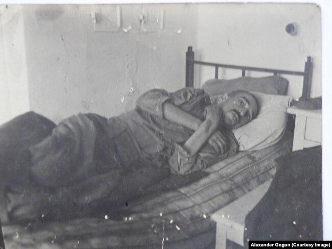 """Бывший советский пленный """"Гросслазарета Славута"""" после того, как вывезен партизанами в славутскую больницу в декабре 1943 г."""