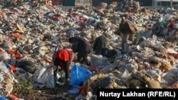 Алматының іргесіндегі қоқыс полигонында жұмыс істеп жүрген адамдар. 4 желтоқсан 2020 жыл.