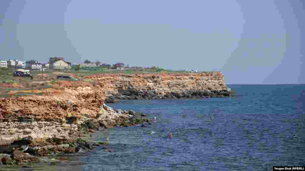 Скелястий берег мису Херсонес порізаний невеликими бухтами