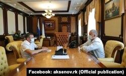 Бывший министр экологии и природных ресурсов Крыма Геннадий Нараев и российский глава Крыма Сергей Аксенов