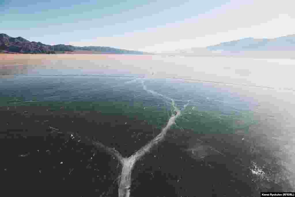 Поверхность льда ровная, не будет лишним прихватить с собой коньки.