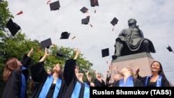 A Szentpétervári Állami Egyetem végzősei ünnepelnek a diplomaosztó után