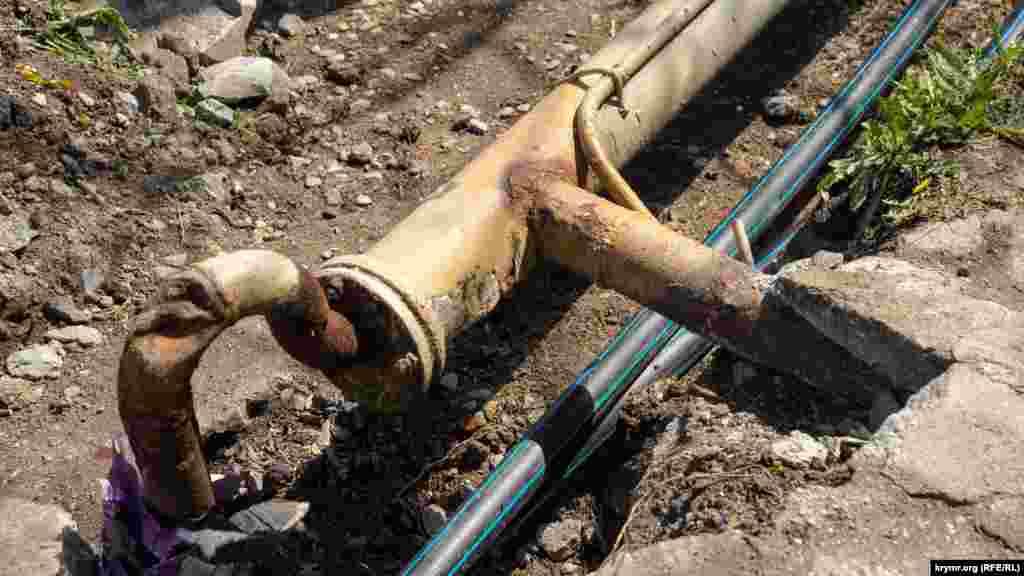 На видному місці оголені каналізаційні трубопроводи