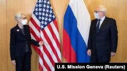سرگئی ریابکوف، معاون وزیر خارجه روسیه (سمت راست) و وندی شرمن، معاون وزیر خارجه آمریکا