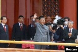 Қытай басшысы Си Цзиньпин компартияның 100 жылдығына орай өткен Тяньаньмэнь алаңындағы мерекелік шараға келген сәт. Пекин, 1 шілде 2021 жыл.