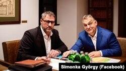 Simonka György fideszes országgyűlési képviselő Orbán Viktor miniszterelnökkel. (Forrás: Simonka György Facebook oldala. 2020. március 9.)