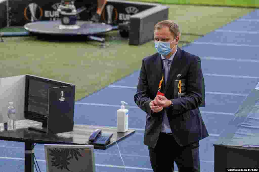 Представники УЄФА підкорюються правилам та теж дезінфікують руки