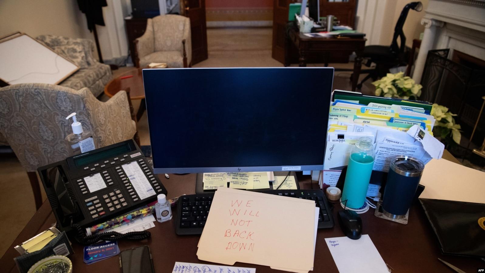 Бележката, оставена на бюрото на Нанси Пелоси.